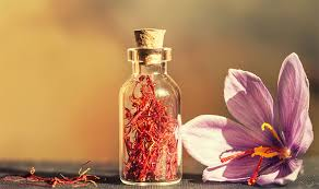 زعفران گیاهی خاص است و نگهداری از آن برای مرغوب ماندنش بسیار حائز اهمیت است. زعفران باید در محیطی تاریک  و دور از نور،خشک وخنک و بدون رطوبت نگهداری شود. حتی ظرفی که زعفران در آن نگهداری می شود بسیار مهم است. بهترین ظروف نگهداری زعفران در درجه اول ظروف فلزی و بعد ظروف شیشهای از نوع رنگی می باشند. به خاطر داشته باشید ظرفهای پلاستیکی برای نگهداری زعفران مناسب نیستند به این دلیل که در مدت کوتاهی اباعث کم شدن اسانس و مرغوبیت زعفران میشود و نکته دیگر اینکه برای مصرف زعفران بهتر است آن را پودر کنید. زیرا عفران پودر شده رنگ بیشتری میدهد. همچنین برای بهتر پودر شدن زعفران بهتر است آن را با هاونهای کوچک مرمری به صورت گرد درآورید. نکته مهم این است که یکی از بحش های مهم در حفظ عطر زعفران نحوه نگهداری است است چرا که در صورت نگهداری نامناسب، به مرور زمان اسانس موجود در زعفران تبخیر شده و از اثرات دارویی و طعم و مزه آن کاسته میشود و مرغوبیت خود را از دست می دهد